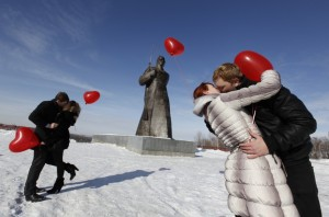 Reuters_Valentines_kiss_Russia_13feb12-878x581