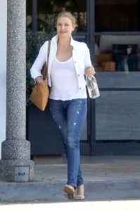 Cameron-Diaz-reveals-a-small-smile-after-visiting-Meche-Salon-this-afternoon (2)