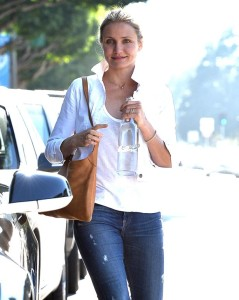 Cameron-Diaz-reveals-a-small-smile-after-visiting-Meche-Salon-this-afternoon