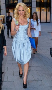 Pamela-Anderson-at-the-Bambini-store