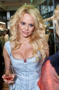 Pamela-Anderson-at-the-Bambini-store (2)